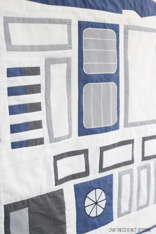 R2D2 quilt! for Star wars fans young and old. #starwars #quilts